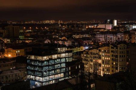 Photo pour Paysage urbain de nuit noire avec bâtiments illuminés - image libre de droit