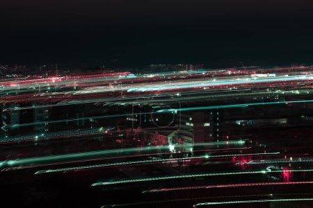 Photo pour Longue exposition du paysage urbain de nuit avec un éclairage lumineux défocalisé - image libre de droit