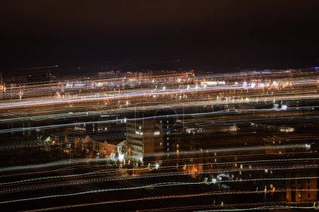 Photo pour Paysage urbain de nuit avec un éclairage lumineux flou - image libre de droit