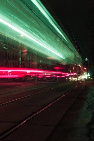 Photo pour Longue exposition de la rue de la ville avec des lumières floues colorées - image libre de droit