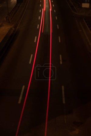Photo pour Longue exposition de la route et des lumières la nuit - image libre de droit