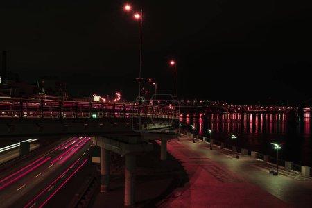 Photo pour Exposition longue de routes et de ponts avec éclairage de nuit - image libre de droit