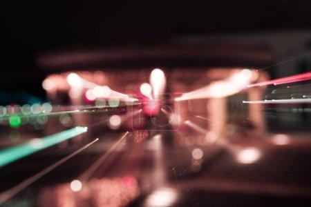 Photo pour Longue exposition de lumières colorées vives la nuit - image libre de droit