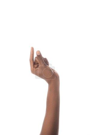 visión recortada del hombre afroamericano mostrando tamaño gesto con la mano, aislado en blanco