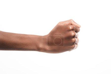 Photo pour Vue recadrée de l'homme afro-américain montrant oui signe dans un langage sourd et muet isolé sur blanc - image libre de droit