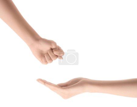 vista parcial de una mano con gesto de higo y otros pidiendo dinero aislado sobre blanco