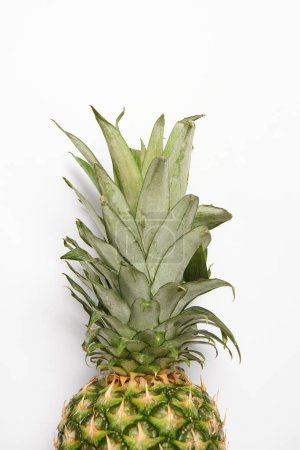 gros plan de délicieux ananas biologique sur fond blanc