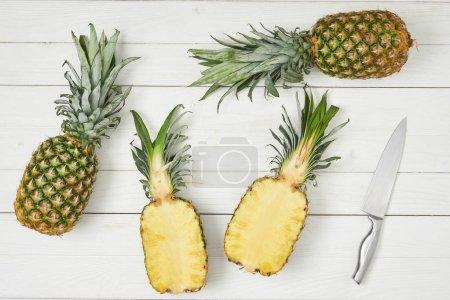 Photo pour Vue de dessus des moitiés venus près d'ananas entiers - image libre de droit