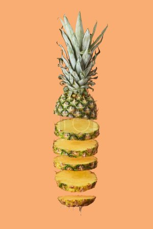Photo pour En tranches ananas bio savoureux isolé sur orange - image libre de droit