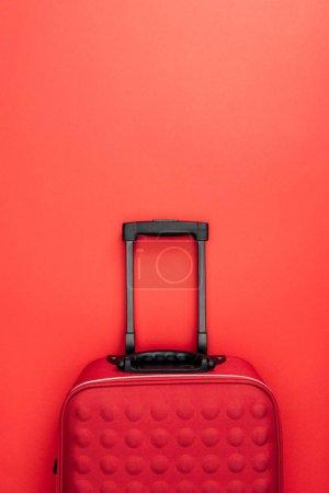 Foto de Vista superior de la bolsa de viaje con mango aislado en rojo - Imagen libre de derechos