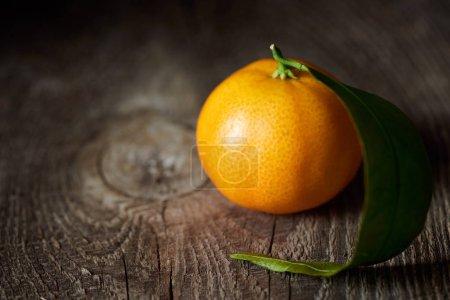 Photo pour Mise au point sélective de bio mandarine savoureux sur la table en bois - image libre de droit