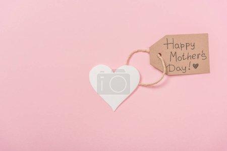 Photo pour Coeur de papier et étiquette en bois avec texte de salutation de jour de mères heureux sur fond rose - image libre de droit