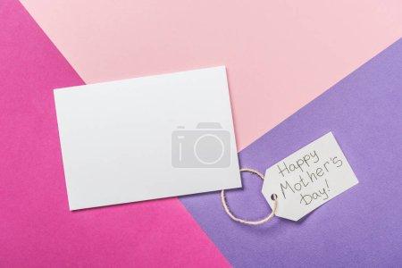 Photo pour Carte blanche à poste vide et étiquette en papier avec texte de salutation de jour de mères heureux sur fond tricolore - image libre de droit