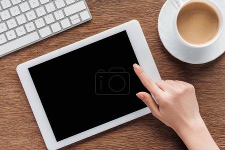 Photo pour Recadrée vue de femme à l'aide de tablette numérique avec écran blanc au lieu de travail - image libre de droit