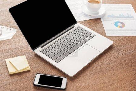 Photo pour Photo de portable et le smartphone avec un écran blanc au lieu de travail - image libre de droit