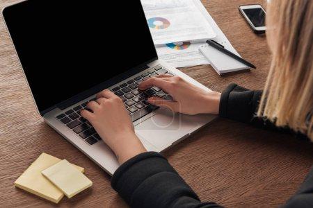 Photo pour Vue partielle de la femme en tapant sur le clavier d'ordinateur portable - image libre de droit