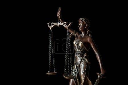 Photo pour Gros plan de la statuette en bronze avec écailles de justice isolées sur noir - image libre de droit