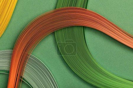 Photo pour Gros plan de lignes multicolores sur fond vert - image libre de droit