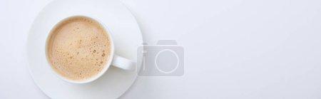 Photo pour Coup panoramique de tasse blanche avec le café chaud délicieux sur le fond blanc - image libre de droit