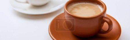 Photo pour Coup panoramique de café délicieux dans la tasse brune sur la surface blanche - image libre de droit