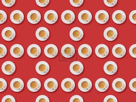 Foto de Patrón sin costuras con tazas de café blancas y platillos sobre fondo rojo - Imagen libre de derechos