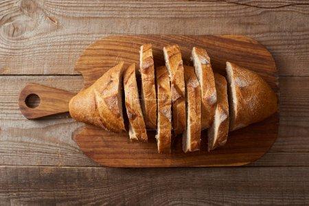 Foto de Vista superior de rebanadas de pan blanco en tabla de cortar madera - Imagen libre de derechos