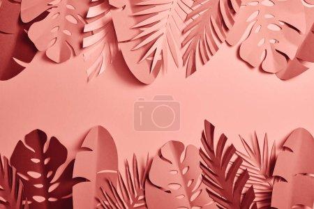 Photo pour Vue du dessus des feuilles de palmier coupées en papier sur fond rose avec espace de copie - image libre de droit
