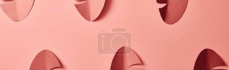 Photo pour Plan panoramique de feuilles de palmier coupées en papier sur fond rose, motif sans couture - image libre de droit