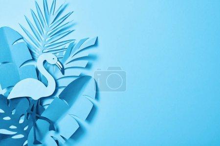 Foto de Vista superior de hojas de palma de corte de papel minimalista azul sobre fondo azul con espacio de copia - Imagen libre de derechos