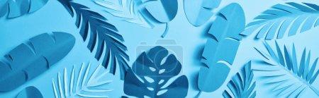 Photo pour Coup panoramique de papier minimaliste bleu couper les feuilles de palmier sur fond bleu avec l'espace de copie, modèle sans couture - image libre de droit