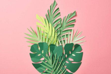 Photo pour Vue du dessus des feuilles de palmier vert sur fond rose avec espace de copie - image libre de droit