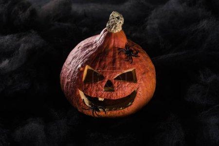 Photo pour Fantasmagorique sculpté citrouille Halloween sur fond noir - image libre de droit