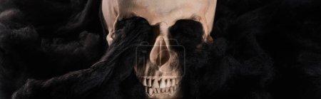 Photo pour Plan panoramique du crâne humain effrayant avec des nuages noirs sombres, décoration d'Halloween - image libre de droit