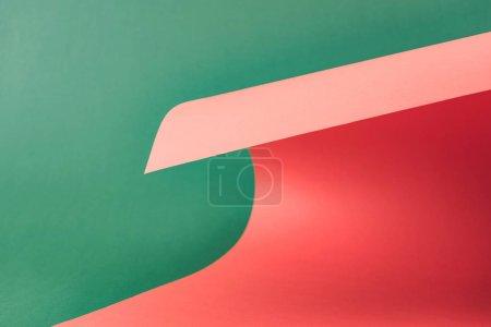 Foto de Colorido papel rojo sobre fondo verde - Imagen libre de derechos