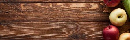 Foto de Foto panorámica de manzanas maduras frescas en la superficie de madera marrón con espacio de copia - Imagen libre de derechos