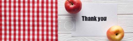 Photo pour Vue du dessus des pommes mûres et carte de remerciement sur table blanche en bois avec serviette à carreaux, vue panoramique - image libre de droit