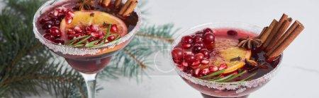 Foto de Foto panorámica de cócteles de christmas con naranja, granada y canela. - Imagen libre de derechos