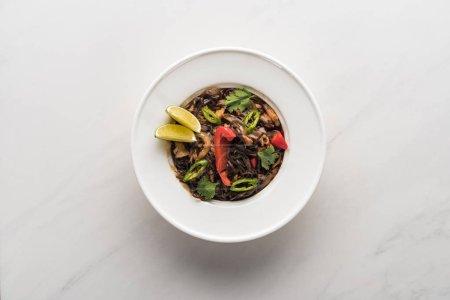 Photo pour Vue de dessus de délicieuses nouilles thaï épicées sur la surface gris marbre - image libre de droit