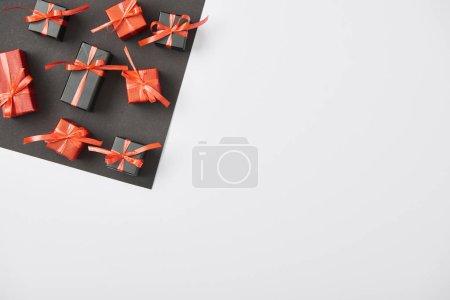 Photo pour Vue de dessus des cadeaux sur fond blanc et noir avec espace de copie - image libre de droit