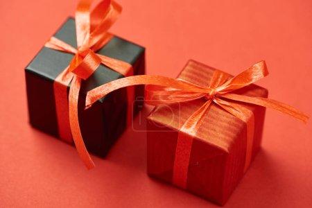 Photo pour Boîtes cadeaux avec rubans et arcs sur fond rouge - image libre de droit