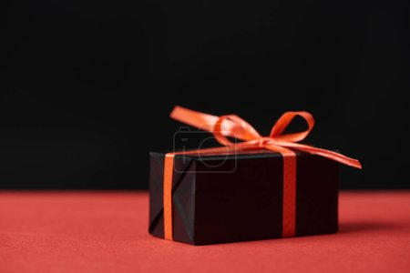 Foto de Presents with red ribbon and bow isolated on black - Imagen libre de derechos