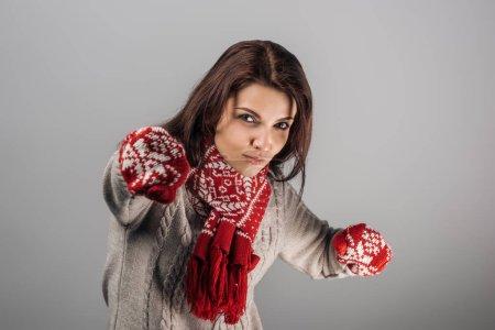 Photo pour Le point sélectif de la femme dans les gants rouges et la boxe foulard en regardant la caméra isolée sur le gris - image libre de droit