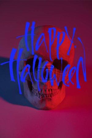 Photo pour Crâne humain à l'éclairage rouge, décoration d'Halloween avec une jolie illustration d'Halloween - image libre de droit