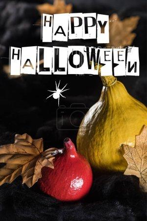 Photo pour Citrouilles mûres près des feuilles jaunes sèches d'érable sur fond noir avec illustration Happy Halloween - image libre de droit