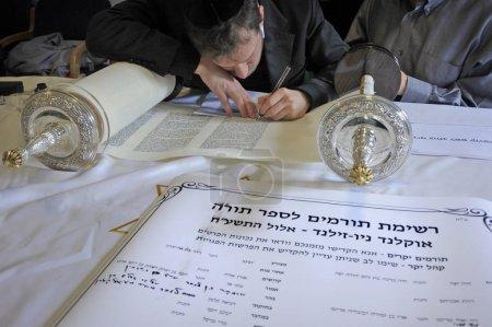 auckland - 2.9.2018: Juden schreiben die letzten Buchstaben der Schriftrolle bei der Einweihung einer neuen Torarolle. Es ist eine handschriftliche Kopie der Thora, des heiligsten Buches im Judentum