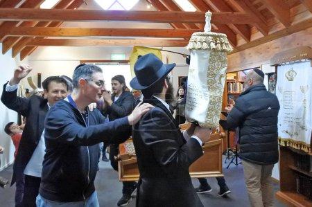 auckland - 2.9.2018: Juden singen und tanzen in einer Synagoge bei der Einweihung einer neuen Torarolle. Es handelt sich um eine handschriftliche Kopie der Tora, des heiligsten Buches im Judentum..