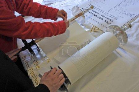 Jüdin beim Nähen der letzten Seite der Schriftrolle während der Einweihung einer neuen Torarolle. Es ist eine handschriftliche Kopie der Thora, des heiligsten Buches im Judentum.