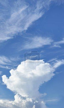 Photo pour Nuages sur fond de ciel bleu - image libre de droit