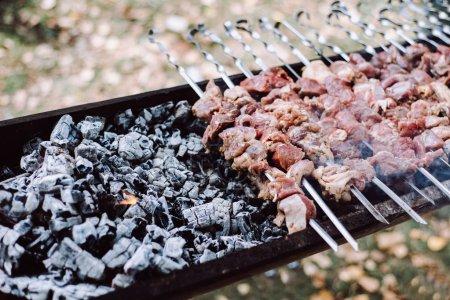 Photo pour Cuisiner, rôtir le kebab au shish. Au grand air - image libre de droit