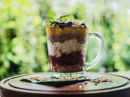 Photo pour Pudding au chocolat avec graines de chia dans une tasse en verre - image libre de droit